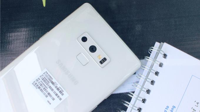 Camera có khả năng thay đổi khẩu độ giữa f/1.5 và f/2.4