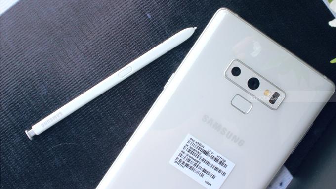 Bút S-Pen cũng được sở hữu màu trắng để đồng bộ với máy