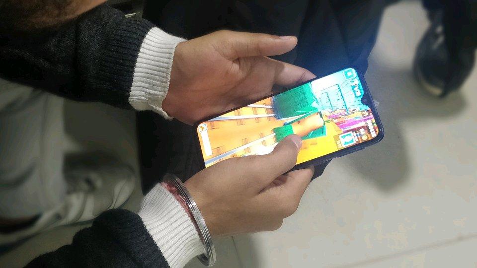 Đây là mẫu điện thoại có màn hình Infinity-V đầu tiên của Samsung