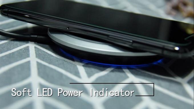 Đèn LED báo sạc ngay dưới đế sạc không dây iWalk ADA007