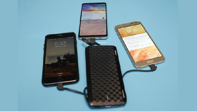Sạc cùng lúc nhiều thiết bị với pin sạc dự phòng iWalk 20000mAh