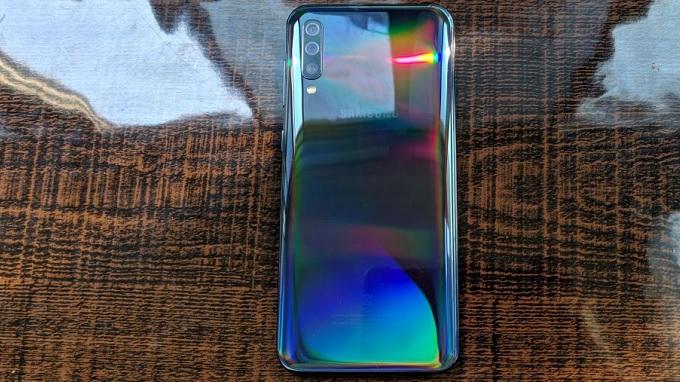 Mặt lưng Galaxy A50 liền lạc bóng bẩy