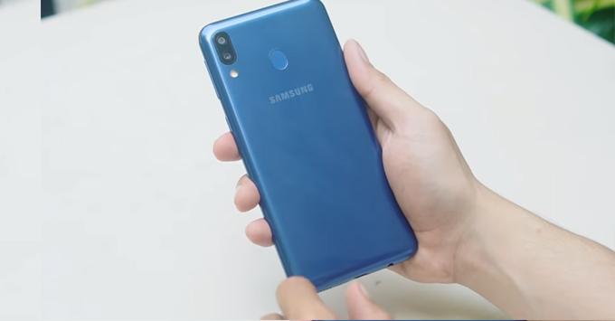 Galaxy M20 được sở hữu chất liệu thiết kế bằng nhựa polycarbonate bóng chắc chắn