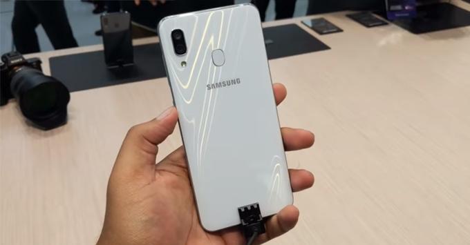 Samsung Galaxy A30 là điện thoại tầm trung vừa được ra mắt