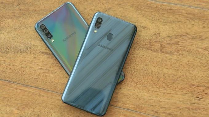 Mặt lưng của 2 điện thoại đều bóng bẩy