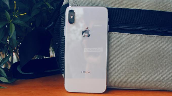 iPhone X hay Galaxy S10e đáng mua hơn?