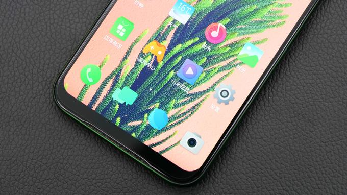 Cạnh dưới điện thoại Xiaomi Black Shark 2 chứa dãy loa ngoài