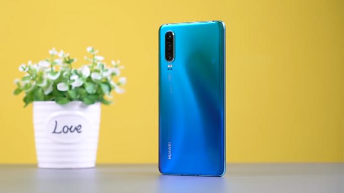 Huawei P30 là điện thoại giá rẻ hơn so với đàn anh P30 Pro.
