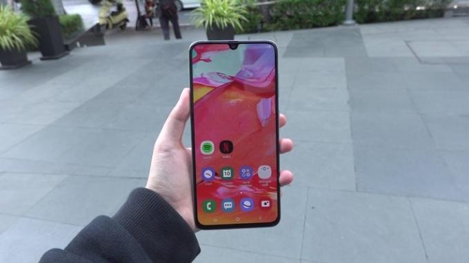 Màn hình Galaxy A70 khá giống Galaxy A50