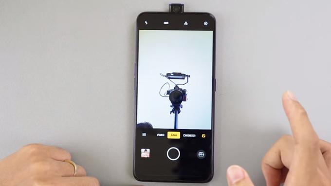 Camera selfie của Oppo F11 Pro tự động trồi lên