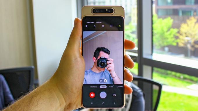Hệ thống camera Galaxy A80 vừa đáp ứng nhu cầu chụp ảnh tự sướng, vừa đảm nhiệm camera chính