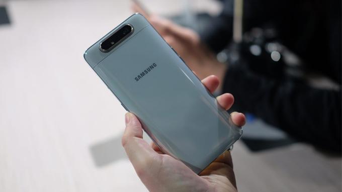 Thiết kế Galaxy A80 được hoàn thiện cao cấp bởi mặt kính sang trọng cùng khung kim loại chắc chắn