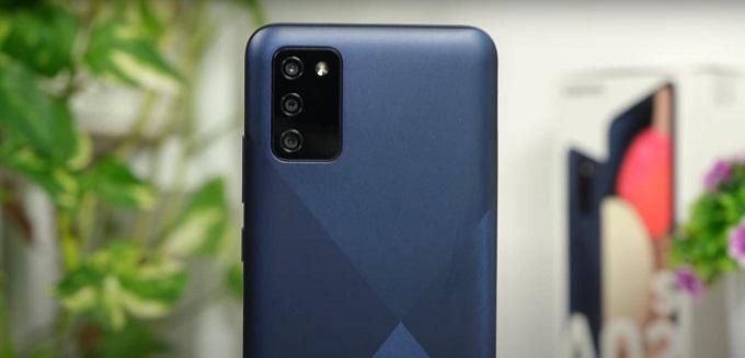 Samsung Galaxy A02s đươc trang bị 3 camera ở mặt sau sắp gọn trong ô hình chữ nhật