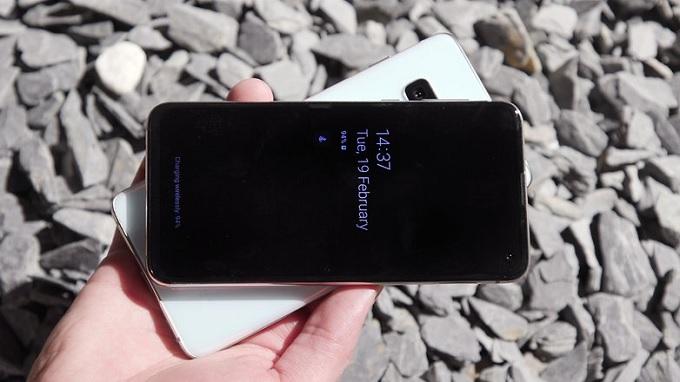 Samsung Galaxy S10e được trang bị màn hình Dynamic AMOLED với tỷ lệ khung hình 19: 9