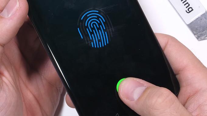 Mặc dù màn hình OnePlus 7 Pro hư hỏng nặng nhưng cảm biến vân tay vẫn có thể hoạt động
