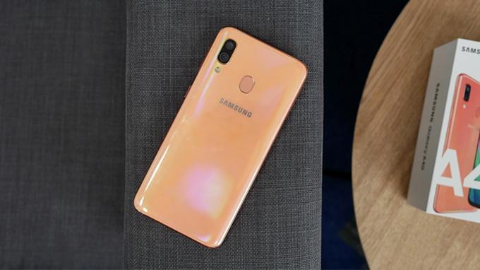 Galaxy A40 là điện thoại giá rẻ được yêu thích năm 2019