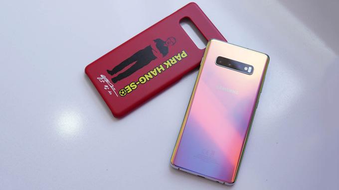 S10+ Prism Silver có màu tuyệt đẹp và tặng kèm ốp lưng in hình HLV Park Hang Seo khi bán ra tại Việt Nam