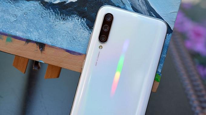 Xiaomi Mi CC9e ấn tượng với camera ba đẳng cấp