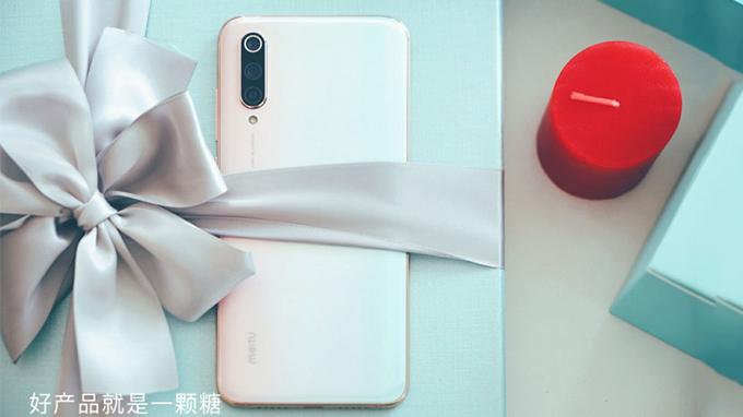 Hộp đựng Xiaomi CC9 Meitu được thiết kế mới lạ, kèm theo một tấm thiệp có dòng chữ