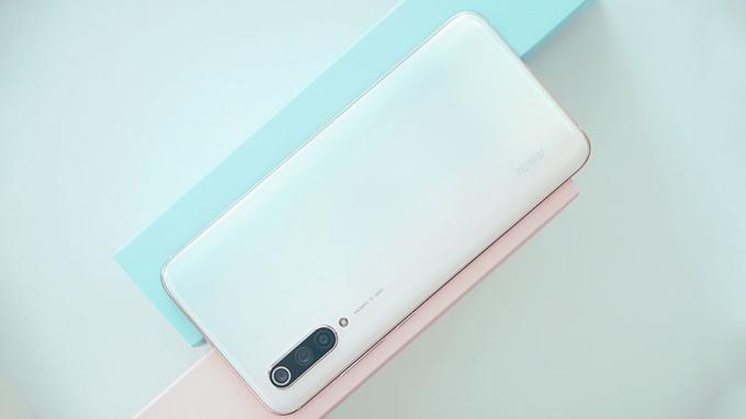 Mặt lưng bóng bẩy, với hiệu ứng đổ màu gradient độc đáo có thể chuyển từ hồng sang lục lam dưới góc nhìn khác nhau