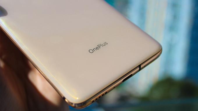 Logo OnePlus được đặt ở phía dưới máy