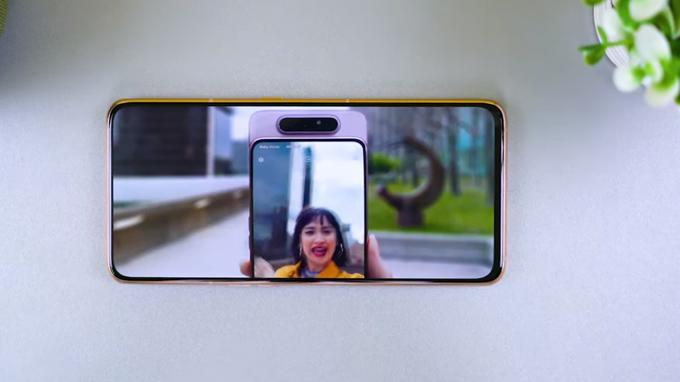 Galaxy A80 còn tích hợp thêm các tính năng mới như bộ lọc ánh sáng xanh, chế độ tối, điều chỉnh màu RGB
