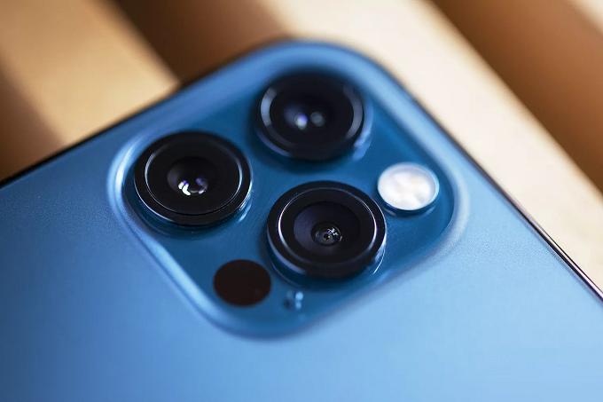 Camera iPhone 12 Pro Max 128GB VN/A được trang bị 3 ống kính đặt trong ô hình vuông như trên người tiền nhiệm
