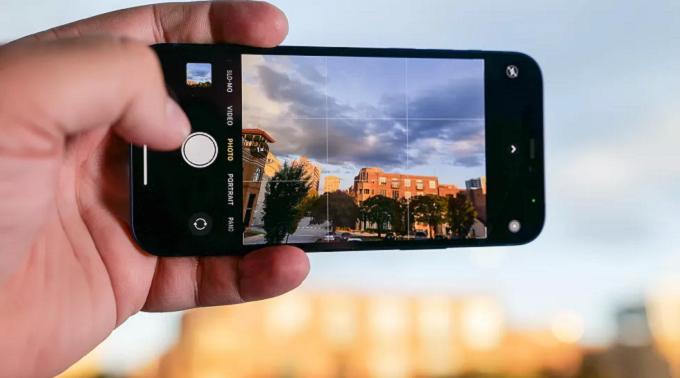 Cụm camera trên iPhone 12 Pro Max 128GB VN/A còn được tích hợp tính năng Smat HDR 3 giúp mang lại độ sáng đồng đều cho từng chi tiết
