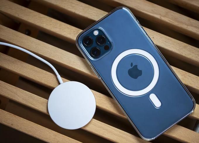 iPhone 12 Pro Max hỗ trợ sạc không dây MagSafe 15W