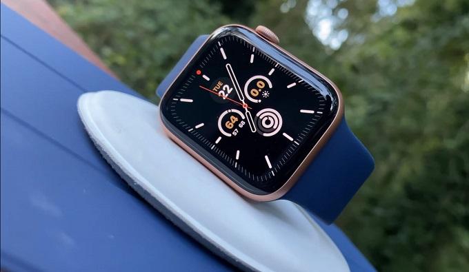 Apple Watch SE 44mm (GPS) có thiết kế khá giống so với Apple Watch series 5 trông khá trẻ trung và năng động.