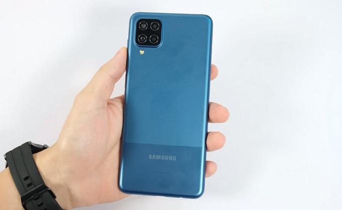 Thiết kế Galaxy A12 có khá nhiều điểm tương đồng so với các mẫu smartphone trước đó