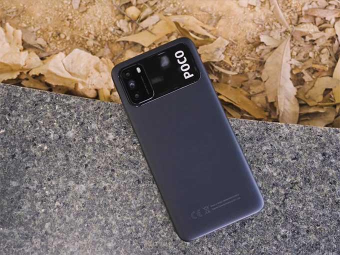 Thiết lập camera Poco M3 được đặt trong một mô-đun hình chữ nhật xếp theo chiều ngang