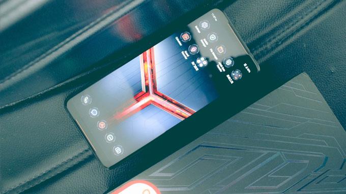 ROG Phone 2 giá rẻ còn được tích hợp hệ thống làm mát bằng quạt tản nhiệt với 3 lớp