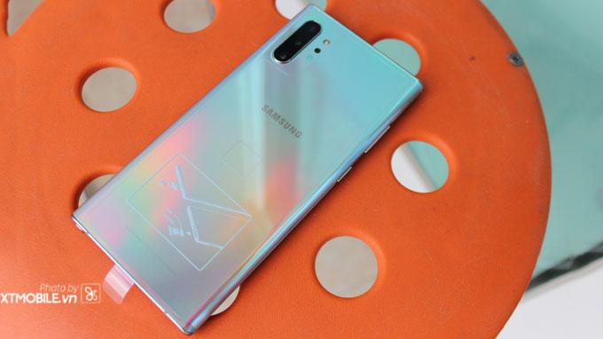 Galaxy Note 10 Plus 5G sở hữu thiết kế tuyệt đẹp, với mặt lưng kính bỏng bẩy màu sắc tuyệt đẹp mang đến sự đẳng cấp sang trọng cho người dùng