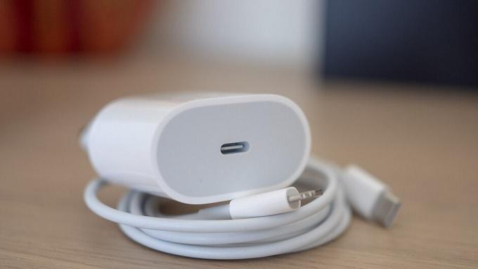 Bạn có thể mua phụ kiện sạc Apple chính hãng cho iPhone 11