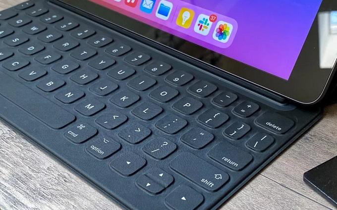 Apple Pencil và Smart Keyboard trên iPad Gen 8