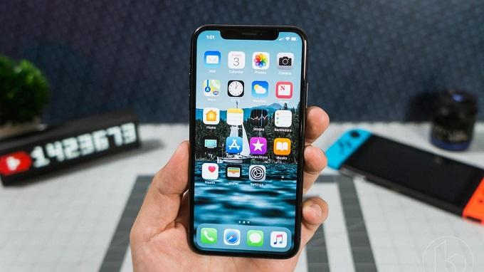 Màn hình OLED của iPhone X vượt trội so với iPhone SE 2020