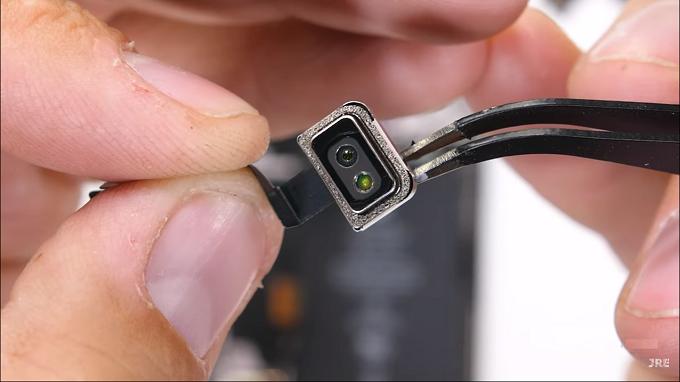iPhone 12 Pro cũng rất đáng chú ý với sự xuất hiện của máy quét LiDAR