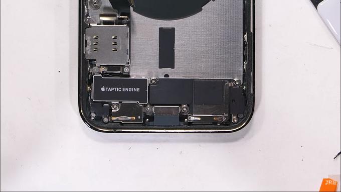 Apple đã làm một số linh kiện nhỏ gọn hơn ví dụ như là bộ rung Taptic Engine và viên pin.