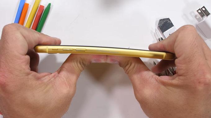 phần khung chắc chắn đã giúp iPhone 11 không bị hề hấn trong thử nghiệm bẻ cong