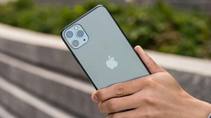 iPhone 11 Pro 64GB cũ là chiếc smartphone đầu tiên trang bị ba camera phía sau của Apple.