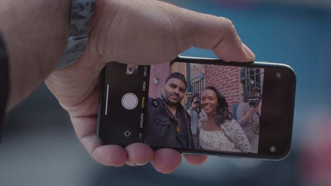iPhone 11 Pro còn cho phép bạn chụp ảnh tự sướng hoặc quay chậm với tính năng Slofies đột phá
