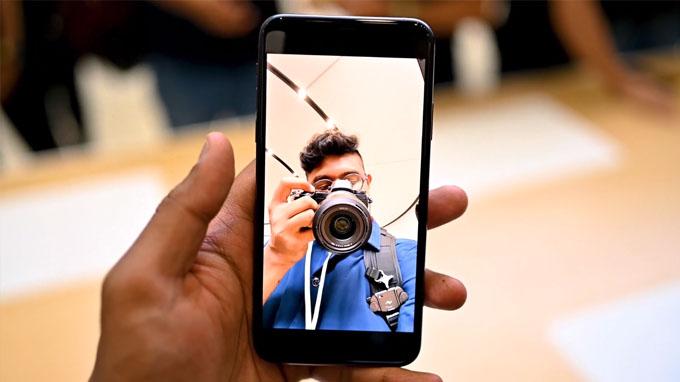 Trong khi đó camera selfie cũng được nâng cấp lên độ phân giải 12 MP