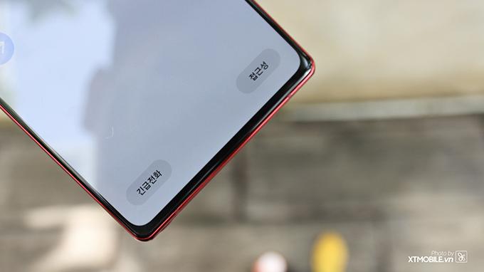 Cạnh dưới máy sở hữu viền bezel khá dày so với Galaxy Note 20 Ultra
