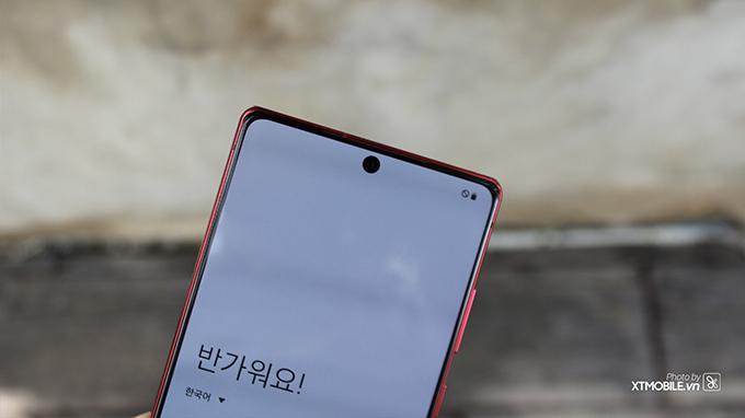Điện thoại sở hữu thiết kế màn hình nốt ruồi ấn tượng, với phần nốt được tối giản nhỏ chứa camera selfie