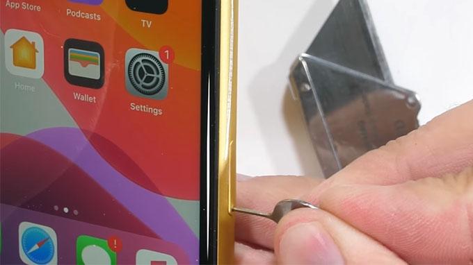 Lớp màu mạ trên iPhone 11 sẽ bị bong ra khi bị cào bằng giao nhọn.