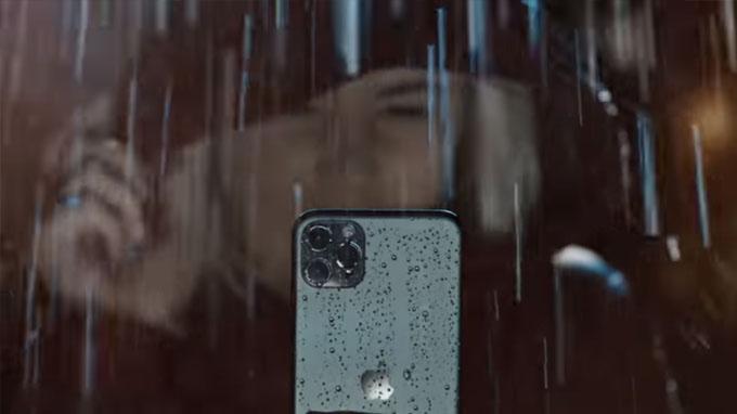 2 điện thoại cao cấp hơn có khả năng chống nước ở độ sâu 4m