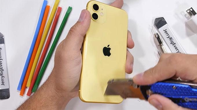 kênh YouTube JerryRigEverything đã đăng tải một video thử nghiệm độ bền của chiếc iPhone 11