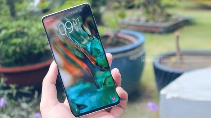 Galaxy S10 được khen ngợi với màn hình nốt ruồi