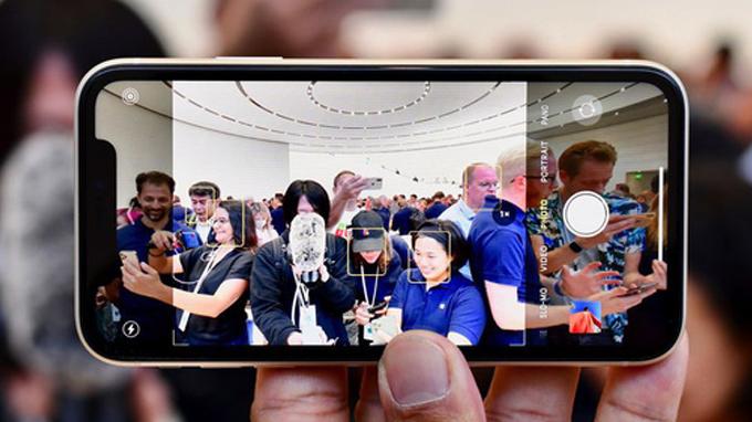 iPhone 11 128GB cũ vẫn sở hữu 2 camera nhưng thay vì đặt dọc như iPhone X thì chúng lại được sắp xếp theo hình vuông.